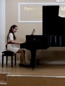 6. Maja Krawczyk kl.V Yesterday John Lennon - fortepian